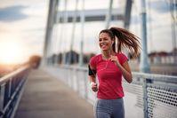 Imagen sobre el tema de la mujer corriendo por el puente
