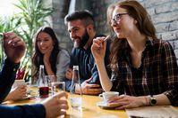 Imagen sobre el tema de amigos sentados en el café