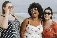 Imagen sobre el tema de tres mujeres en la playa.