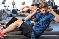 Imagen sobre el tema del grupo de atletas en el gimnasio haciendo ejercicios ab