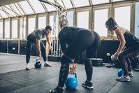 Imagen sobre el tema del grupo de atletas que entrenan con pesas rusas