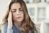 Imagen sobre el tema de la mujer joven con dolor de cabeza.