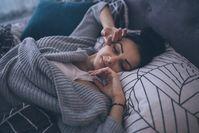 Imagen sobre el tema de la mujer acostada contenta en la cama