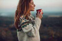 Imagen sobre el tema de la mujer en suéter caliente bebe té