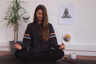 Imagen sobre el tema Mujer meditando sobre una estera de yoga, en las imágenes de fondo y una planta