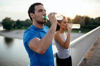 Imagen sobre el tema Dos deportistas beben después de su entrenamiento