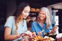 Imagen sobre el tema de madre e hija comiendo juntas