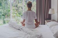 Imagen sobre el tema de la mujer meditando en la cama