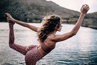 Imagen sobre el tema de la mujer haciendo yoga junto al lago