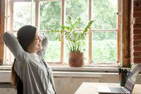 Imagen sobre el tema de una mujer estirando frente a la PC