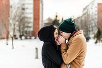 Imagen sobre el tema de la pareja calentando en invierno.