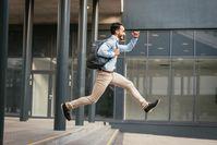 Imagen sobre el tema del hombre corriendo en el aire.