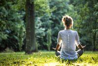 Imagen sobre el tema de la mujer meditando en la naturaleza.