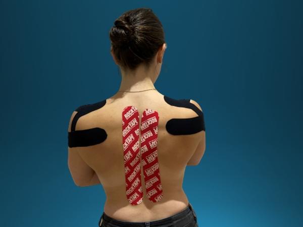 Frau mit Kinesio Tapes auf Rücken