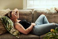 Imagen sobre el tema de la mujer tiene dolor de estómago.