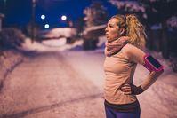 Imagen sobre el tema de la mujer en la noche oscura de invierno en ropa deportiva