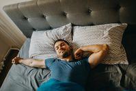 Imagen sobre el tema del hombre acostado en la cama y durmiendo