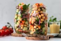 Imagen sobre el tema de la ensalada de garbanzos en un vaso.