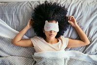 Imagen sobre el tema Con antifaz para dormir en la cama