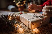 Imagen sobre el tema de la mujer envuelve un regalo en Navidad