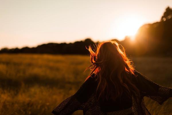 Glückliche Frau in der Abendsonne