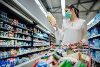 Imagen sobre el tema de la mujer con máscara en el supermercado