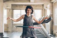 Imagen sobre el tema de la mujer haciendo hula hoop en el gimnasio