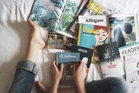 Imagen sobre el tema de la persona en la cama con libros.