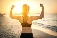 Imagen sobre el tema de la mujer en forma en la playa.