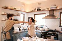 Imagen sobre el tema de la pareja bailando en la cocina.