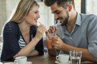 Imagen sobre el tema del hombre y la mujer con refresco