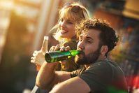 Imagen sobre el tema del hombre y la mujer bebiendo cerveza de botellas