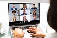 La imagen sobre el tema de la pantalla del portátil muestra una videollamada con 9 colegas