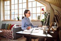 Imagen sobre el tema de la mujer que trabaja en la oficina en casa