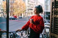 Imagen sobre el tema de la mujer haciendo una pausa para el café