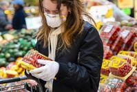 Imagen sobre el tema de Mujer joven con máscara FFP2 de compras