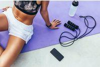 Imagen sobre el tema de la mujer con saltar la cuerda en mat