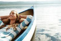 Imagen sobre el tema de la mujer relajándose en un barco