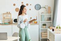 Imagen sobre el tema Mujer joven hablando por teléfono con auriculares mientras está de pie