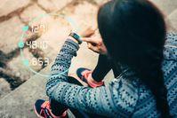 Imagen sobre el tema de la mujer deportiva usa smartwatch