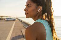 Imagen sobre el tema de la mujer con auriculares deportivos.