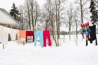 Imagen sobre el tema del tendedero viste ropa colorida en invierno