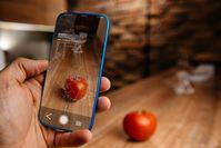 Imagen sobre el tema del teléfono celular que mide las calorías de un tomate