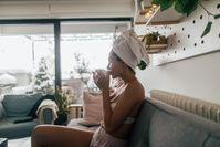 Imagen sobre el tema de la mujer con una toalla bebe té