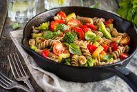 Imagen sobre el tema de la sartén para pasta con muchas verduras frescas