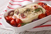 Imagen sobre el tema del queso feta y tomates cocidos en el horno.