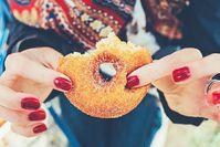 Imagen sobre el tema de la mujer con esmalte de uñas con donut