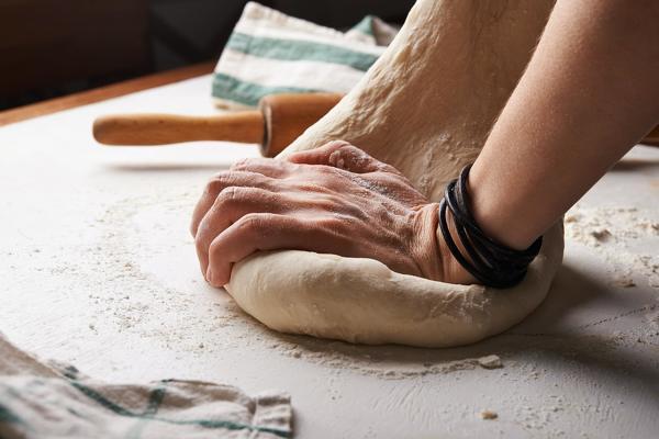 Se amasa la masa de pan