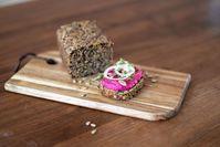 Imagen sobre el tema del pan con higos y queso.