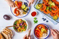 Imagen sobre el tema de las manos en una mesa de comedor vegana
